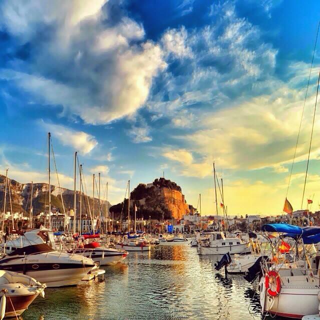 Imagen tomada desde el puerto deportivo con la Torre del Guerro al fondo.