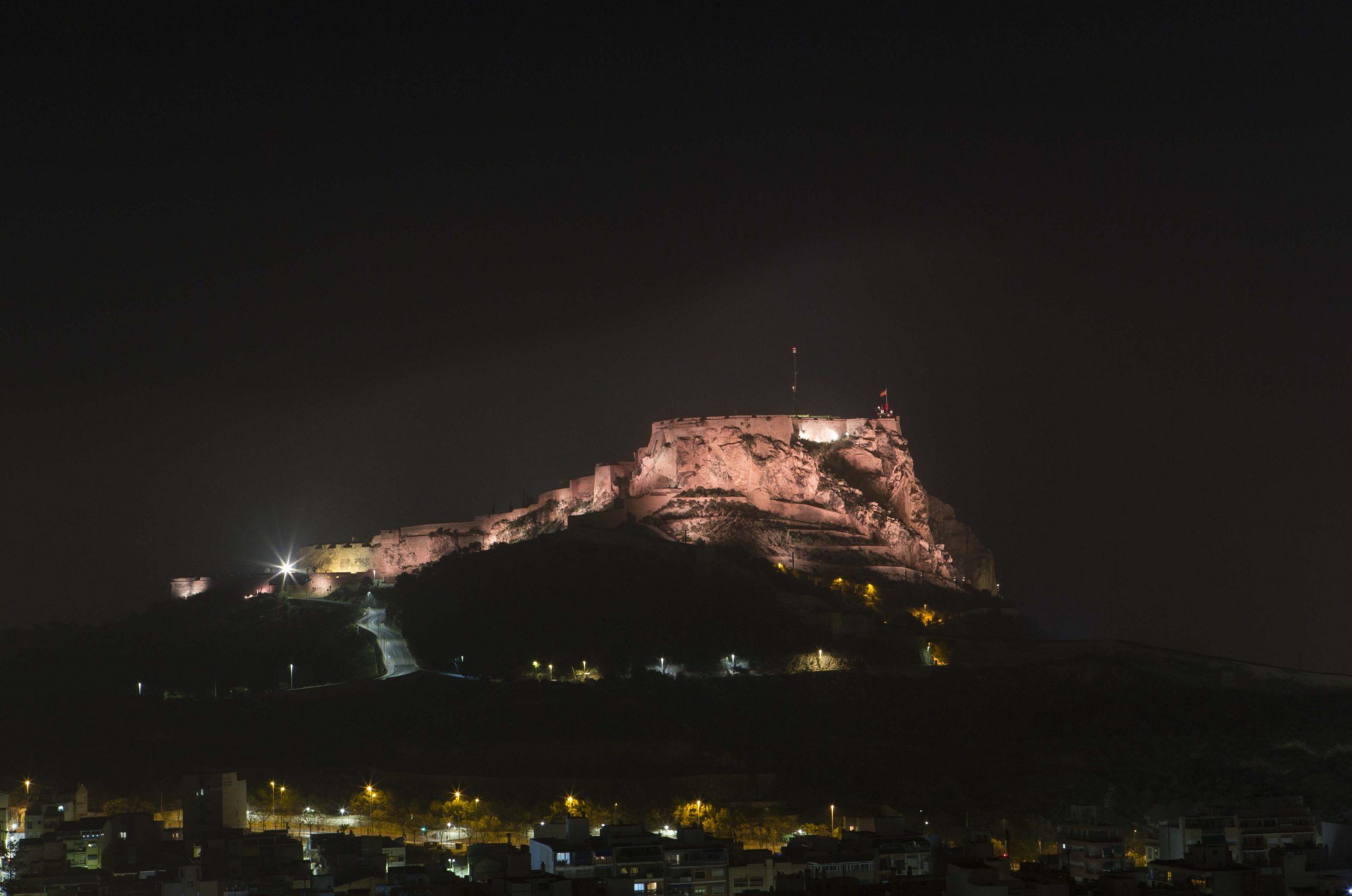 Imagen nocturna del Castillo de Santa Barárbara.   Rafa Arjones.